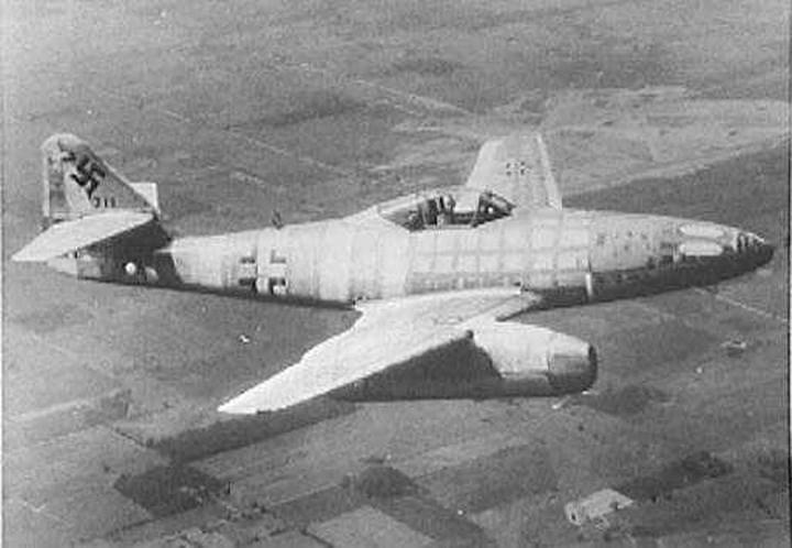 Messerschmitt Me 262 là máy bay chiến đấu phản lực đầu tiên trên thế giới do Đức sản xuất trong Thế chiến thứ 2. Chiếc máy bay này đã chứng minh được uy lực của mình khi vượt xa cả những máy bay chiến đấu của quân Đồng minh, trong đó có chiếc phản lực Gloster Meteor của Anh.