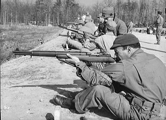 Súng trường M1 Garand là loại súng bán tự động được quân Mỹ sử dụng trong Thế chiến thứ 2 và Chiến tranh Triều Tiên. Đây cũng là một trong những loại súng trường bán tự động đầu tiên trên thế giới đem lại lợi thế không nhỏ cho quân Mỹ trên chiến trường.