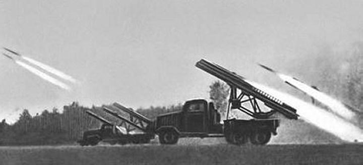 Pháo phản lực Katyusha là một loại pháo tên lửa do Nga sản xuất và có thể gắn được sau các phương tiện để trở nên linh động hơn. Loại vũ khí này có một đầu đạn 5kg và được gắn với một dàn phóng BM-13. Tính đến cuối Thế chiến thứ 2, hơn 10.000 khẩu pháo Katyusha đã được được sản xuất.