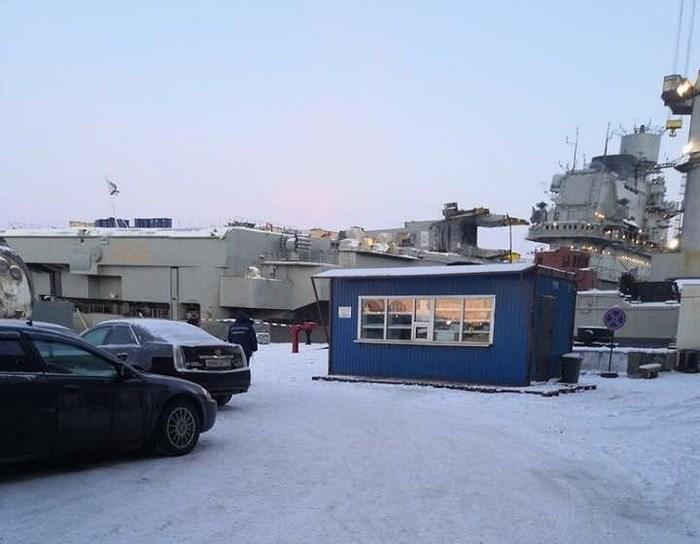 Thậm chí mới đây trong quá trình đại tu sửa chữa lớn, chiếc tàu sân bay duy nhất của Hải quân Nga là Đô đốc Kuznetsov còn gặp phải sự cố nghiêm trọng dẫn tới thủng sàn tàu vì bị cần cẩu đổ trúng.