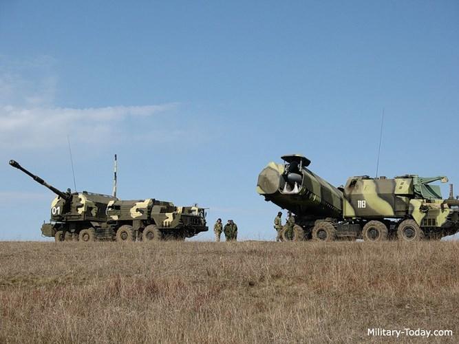 Tổ hợp pháo Bereg gồm xe chỉ huy (CPU), một xe phục vụ chiến đấu (MOBD) và 6 xe pháo tự hành (SAU). Tất cả các xe trên đều đặt trên khung gầm của xe việt dã 8x8 nên có tính cơ động rất cao. Ảnh: Military-Today.
