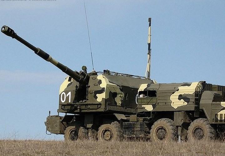 Thành phần quan trọng nhất của tổ hợp chính là 6 xe mang pháo tự hành (SAU), phía cuối xe có 1 tháp pháo cỡ nòng 130 mm với thiết bị nạp đạn bán tự động cho tốc độ bắn 12 - 14 viên/phút. Ảnh: DefenceTalk.
