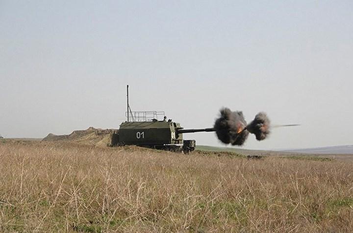Pháo có thể bắn theo phần tử của xe chỉ huy hoặc bắn theo phần tử do hệ thống ngắm cơ hữu trên xe (kính ngắm cơ khí - quang học, máy tính đạn đạo và thiết bị đo xa laser) xác định, tầm bắn tối đa đạt 27 km. Ảnh: DefenceTalk.
