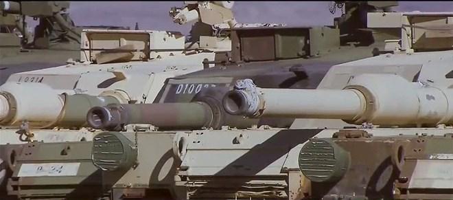 Theo ước tính thì căn cứ khổng lồ trên đang lưu trữ hơn 2.000 xe tăng chiến đấu chủ lực M1 Abrams tối tân của Quân đội Mỹ, chưa kể số lượng còn lớn hơn các chủng loại M60 hay M48 Patton lạc hậu.