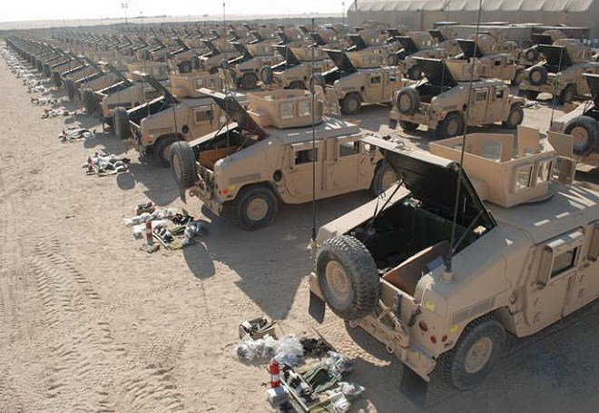 Không chỉ có xe tăng, nhiều xe thiết giáp đa dụng Humvee, xe thiết giáp kháng mìn MRAP hay xe tải bọc thép hạng nặng Oshkosh M1120 LHS... cũng được đưa về Sierra Army Depot để cất trữ.