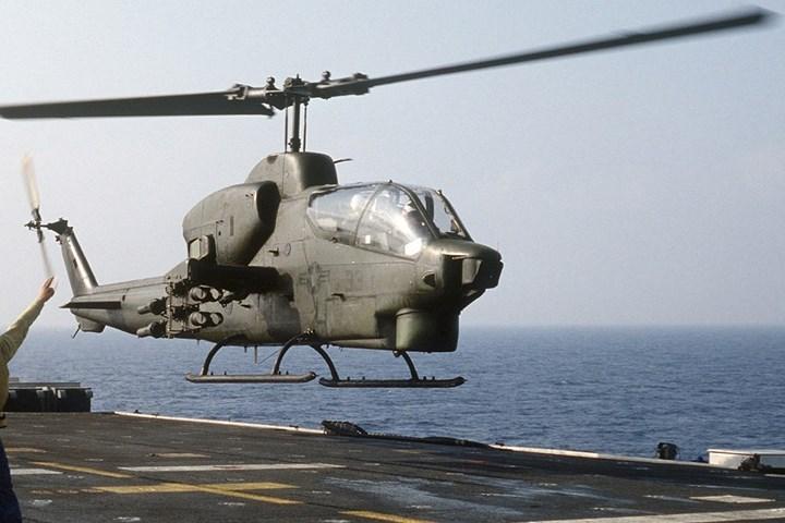 Binh sĩ trên mặt đất có thể liên lạc với phi công qua điện đài và cung cấp tọa độ vị trí đối phương.