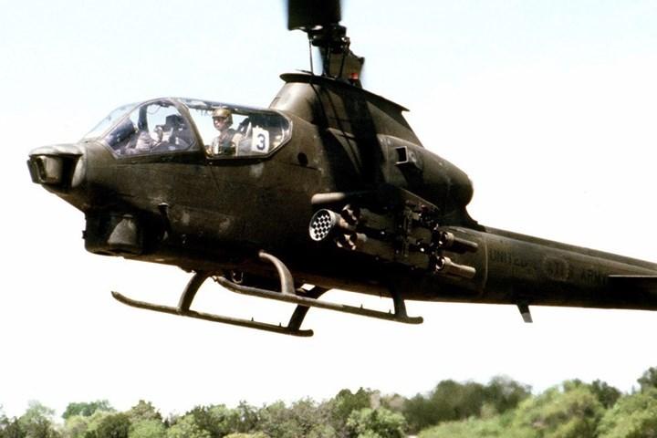 Trực thăng này có buồng lái kiểu tiêm kích. Phi công ngồi cao ở phía sau còn xạ thủ ngồi thấp hơn ở phía trước.
