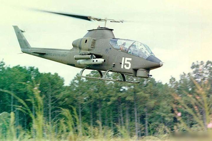 Bên dưới mũi máy bay Bell AH-1 có một tháp pháo có thể gắn súng loại nhỏ, pháo hoặc thiết bị phóng lựu. Tháp có thể xoay sang hai bên trực thăng cũng như lên xuống.